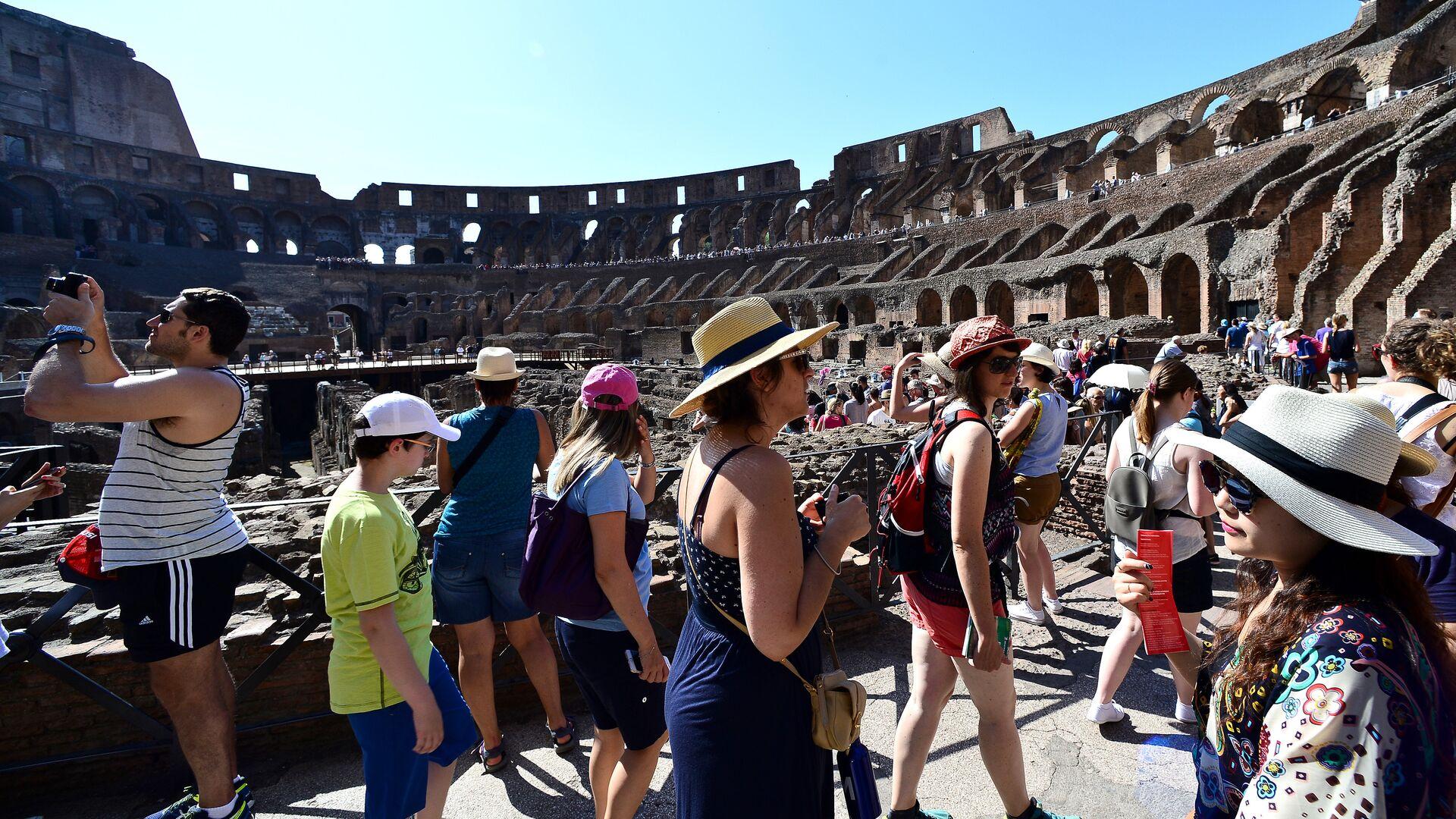 Turisti nel Colosseo - Sputnik Italia, 1920, 10.06.2021