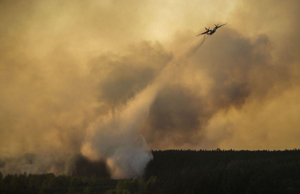 Un aereo spegne il fuoco nel bosco vicino a Chernobyl
