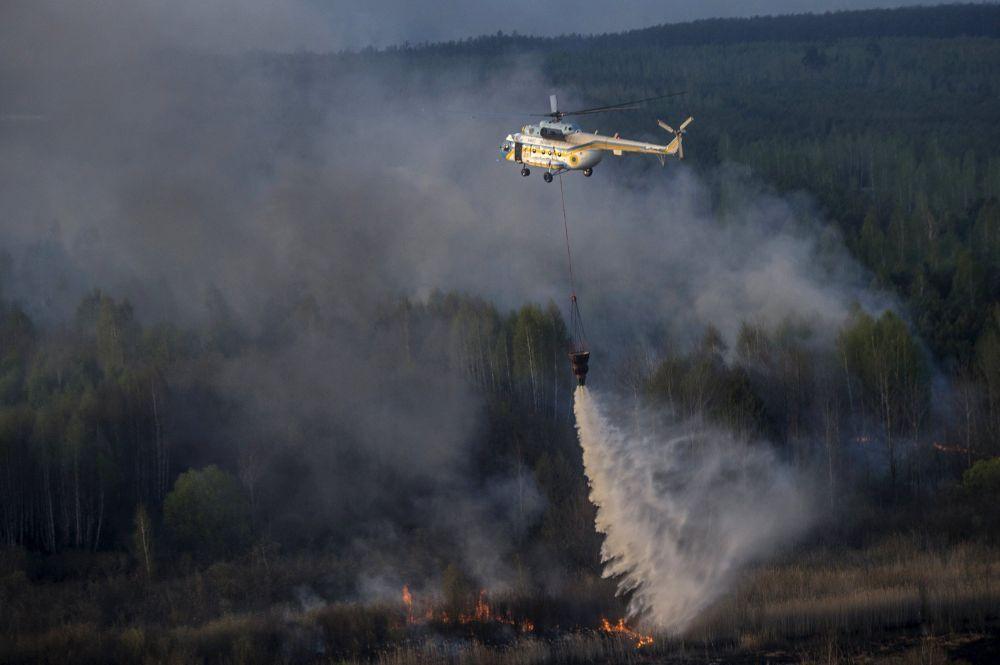 Operazione di soccorso sopra il territorio in fiamme