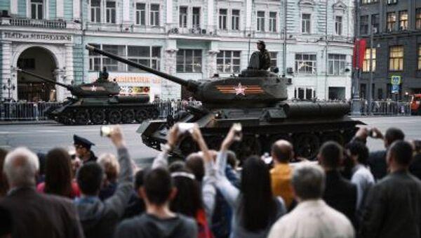 Il carro armato T-34-85 dell'epoca della Seconda guerra mondiale durante le prove per la parata della vittoria - Sputnik Italia