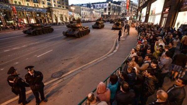 Carri armati T-34-85 dell'epoca della Seconda guerra mondiale durante le prove per la parata della vittoria a Mosca - Sputnik Italia