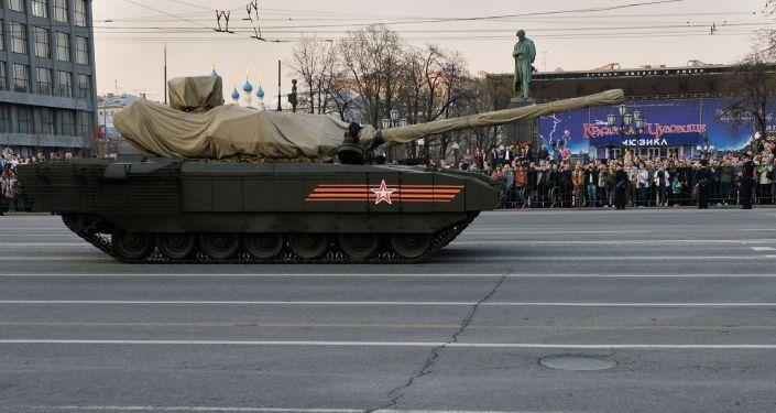 Il carro armato T-14 su piattaforma cingolata Armata durante le prove della Parata della Vittoria.