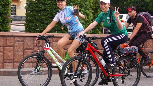 Due ragazze alla biciclettata organizzata per le vie di Donetsk - Sputnik Italia
