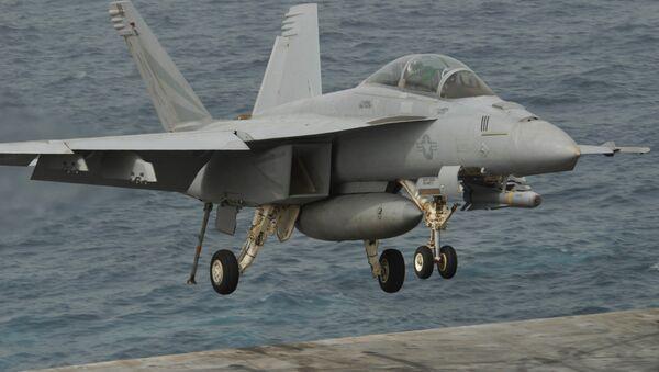 An F/A-18F Super Hornet lands aboard USS Ronald Reagan - Sputnik Italia