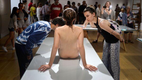 I visitatori guardano la scultura Questa Ragazza del scultore americano Paul McCarthy, all'esibizione Hyperrealist Sculpture 1973-2016 in un museo in Spagna. - Sputnik Italia