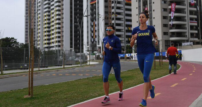 Due atlete ucraine fanno footing nel villaggio olimpico