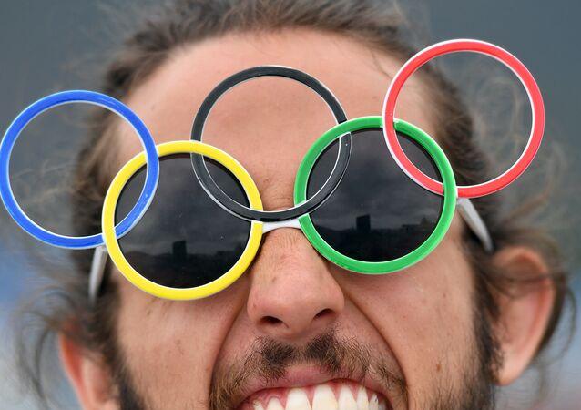 Un tifoso con gli occhialini a forma di 5 cerchi