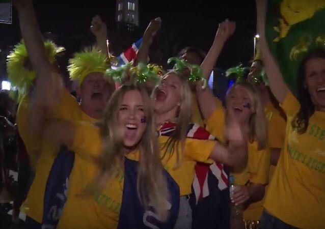 Sostenitori guardano l'apertura delle Olimpiadi