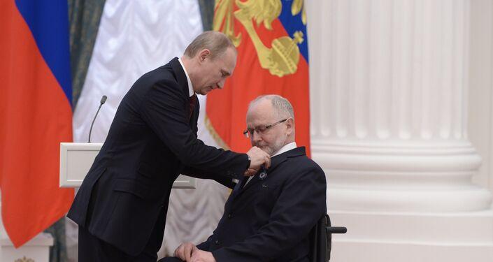 Putin conferisce l'ordine d'onore a Phil Craven, presidente del Comitato Paralimpico Internazionale, aprile 2014