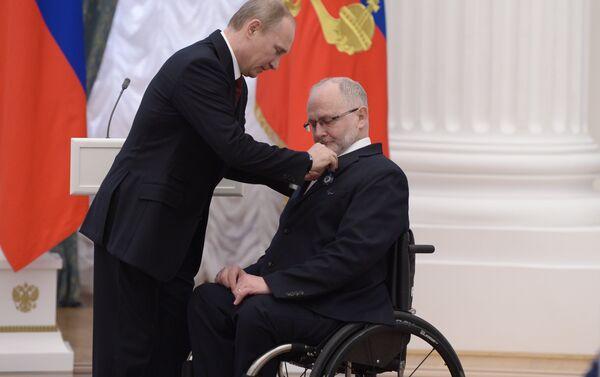 Putin conferisce l'ordine d'onore a Phil Craven, presidente del Comitato Paralimpico Internazionale, aprile 2014 - Sputnik Italia