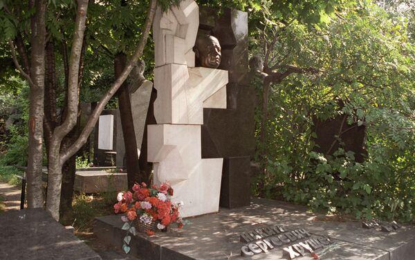 Il monumento a Nikita Crusciov nel cimitero Novodevichy - Sputnik Italia