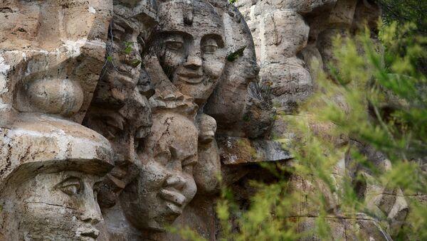 Il monumento Amicizia dei bambini del mondo nella colonia Artek in Crimea - Sputnik Italia