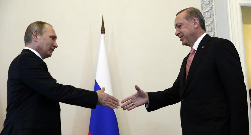 Vladimir Putin e Recep Tayyip Erdogan a San Pietroburgo (foto d'archivio)