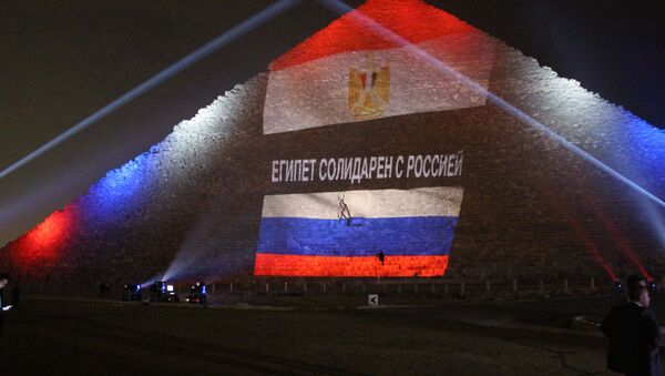 Bandiere dell'Egitto e della Russia proiettate su una piramide - Sputnik Italia