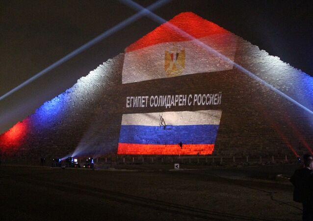 Bandiere dell'Egitto e della Russia proiettate su una piramide