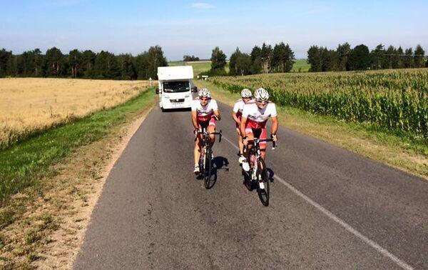 Paolo, Arturo e Sandro in un tratto di strada in Bielorussia - Sputnik Italia