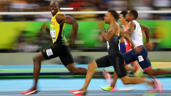 Ямайский бегун Усейн Болт улыбается в камеру во время стометровки на XXXI летних Олимпийских играх - Sputnik Italia