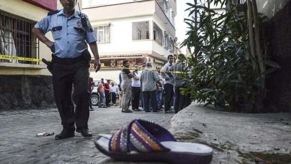 A Turkish policeman stands next to a shoe near the explosion scene behind police cordon following a late night attack on a wedding party that left at least 30 dead in Gaziantep in southeastern Turkey near the Syrian border on August 21, 2016 - Sputnik Italia