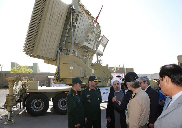 Presidente Hassan Rouhani e ministro Difesa Hossein Dehghan davanti al sistema Bavar-373