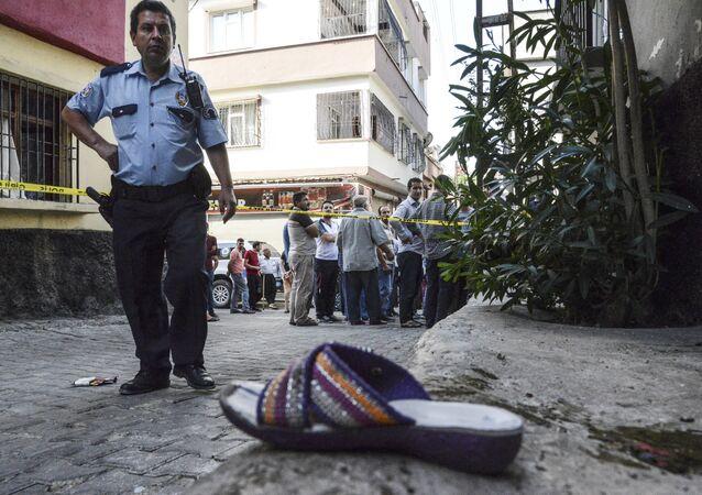 Poliziotto sul luogo dell'attentato a Gaziantep