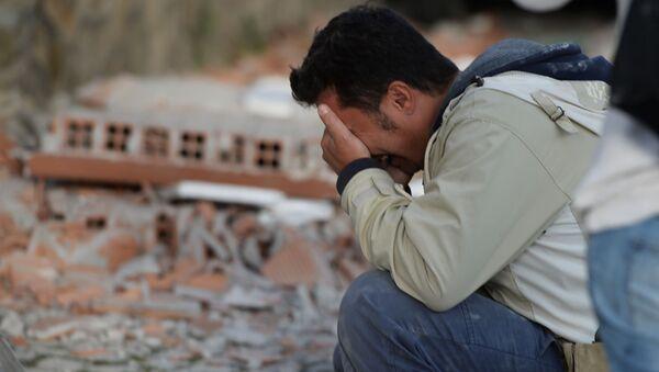 Житель после землетрясения в итальянском городе Аматриче - Sputnik Italia
