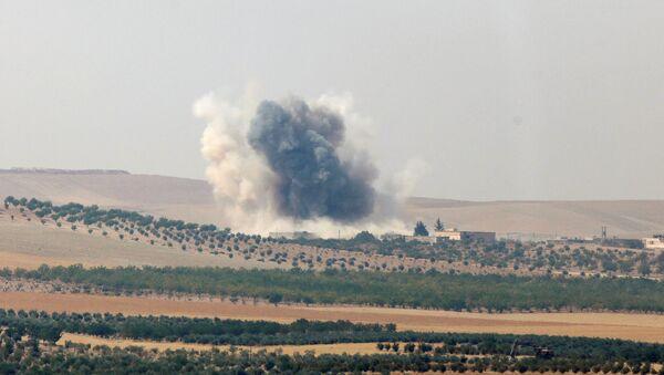 Bombardamenti turchi sulla città siriana di Jarablus occupata dal Daesh - Sputnik Italia