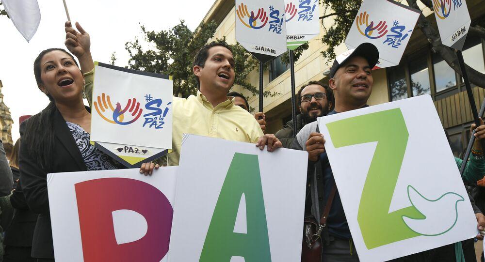 La gente celebra l'approvazione del referendum sulla pace con i ribella delle Farc