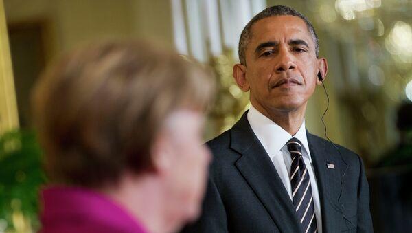 Barack Obama, a destra, ascolta Angela Merkel. - Sputnik Italia