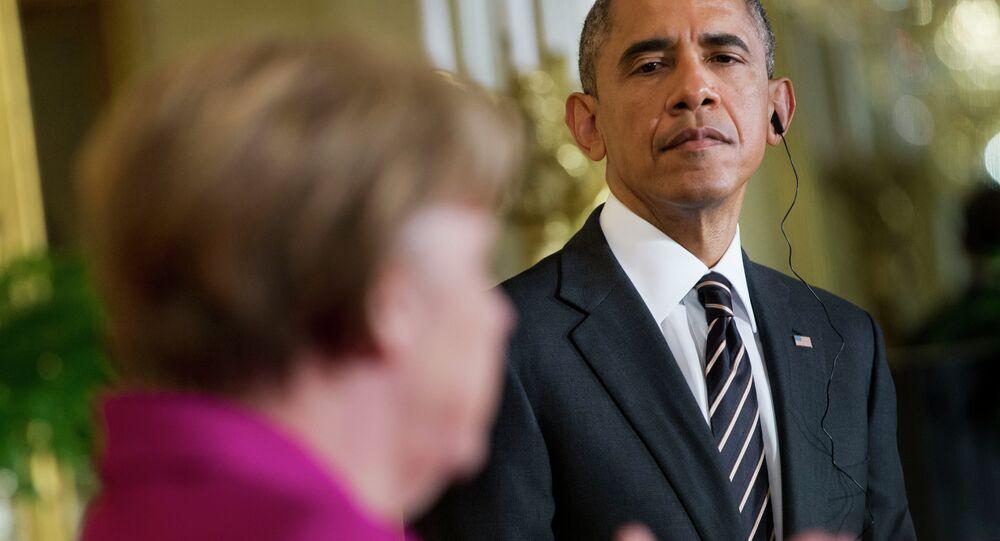 Barack Obama, a destra, ascolta Angela Merkel.