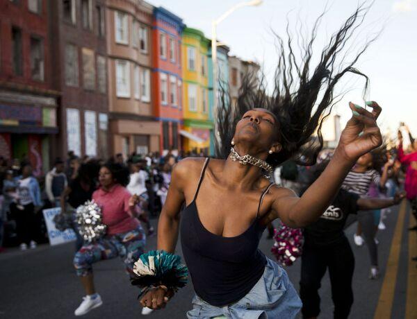 Una ragazza balla per strada a Baltimore durante le proteste. - Sputnik Italia