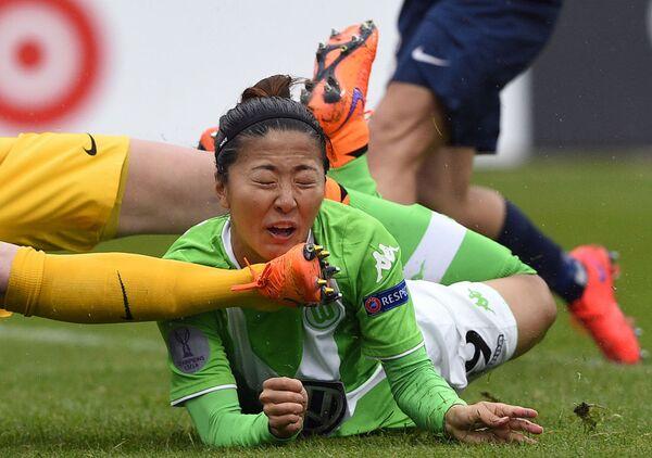 Uno scontro di gioco tra Anna Blasse del Wolfsburg ed il portiere Katarzyna Kiedrzynek del Paris Saint Germain. - Sputnik Italia