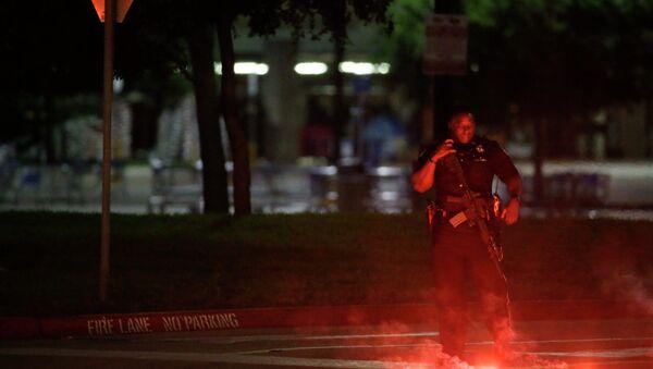 Un poliziotto schierato davanti al Curtis Culwell Center di Dallas. - Sputnik Italia