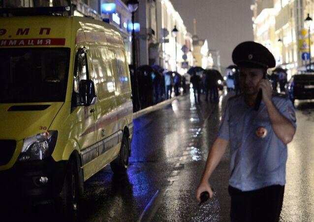 Poliziotto davanti la filiale Citibank in centro a Mosca