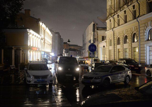 Poliziotti di fronte la filiale della Citibank a Mosca