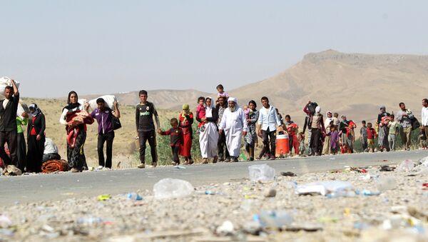 Profughi Yazidi varcano il confine iracheno-siriano nell'agosto del 2014 - Sputnik Italia