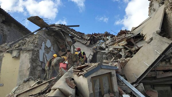 Rescuers work following an earthquake that hit Amatrice, central Italy, August 24, 2016 - Sputnik Italia