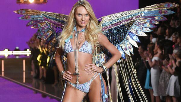 Супермодель Кэндис Свейнпол на показе Victoria's Secret Fashion Show в Нью-Йорке  - Sputnik Italia