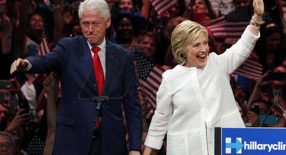 Bill Clinton ed Hillary Clinton (foto d'archivio)