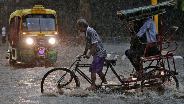 Велорикша во время муссонов в Индии - Sputnik Italia