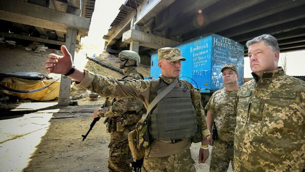 Poroshenko in visita ai militari impegnati nell'operazione ATO nel Donbass - Sputnik Italia