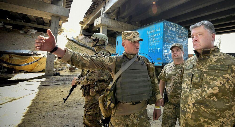 Poroshenko in visita ai militari impegnati nell'operazione ATO nel Donbass (foto d'archivio)