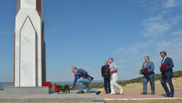 Putin e Berlusconi rendono omaggio al monumento ai caduti italiani - Sputnik Italia