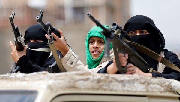 Вооруженные женщины-хуситки на параде в Сане, Йемен - Sputnik Italia
