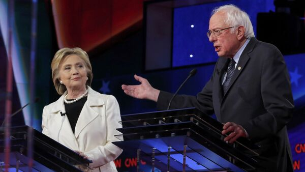 Democratic U.S. presidential candidate Hillary Clinton (L) listens to Senator Bernie Sanders speak during a Democratic debate hosted by CNN and New York One at the Brooklyn Navy Yard in New York April 14, 2016 - Sputnik Italia