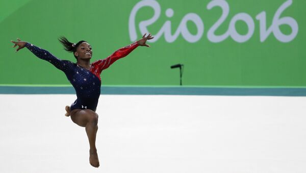 US gymnast Simone Biles competes in the qualifying for the women's Floor event of the Artistic Gymnastics at the Olympic Arena during the Rio 2016 Olympic Games in Rio de Janeiro on August 7, 2016. - Sputnik Italia