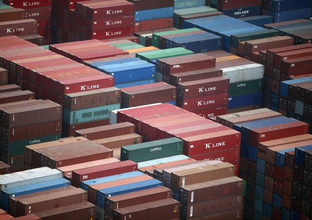 Container al porto di Dalian in China