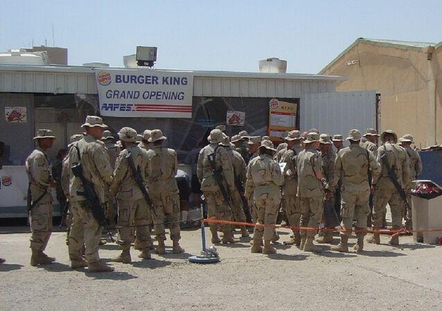 Soldati americani davanti fast food