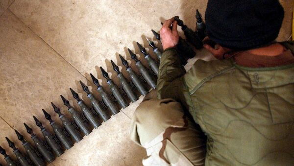 US Army Spcl. Eli Butcher of Charlie Company, from the 1-22 Battalion, 4th Infantry Division, counts 25mm rounds of depleted uranium ammunition, 11 February, 2004, at his base in Tikrit, 180 km (110 miles) north of Baghdad - Sputnik Italia