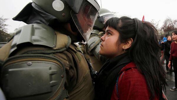Полиция и участники протеста в честь годовщины военного переворота 1973 года в Сантьяго, Чили - Sputnik Italia