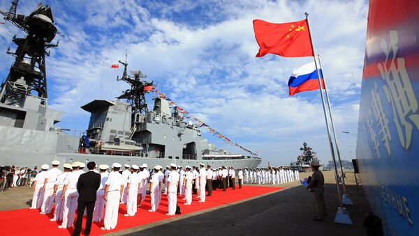Officers and soldiers of China's People's Liberation Army (PLA) Navy hold a welcome ceremony as a Russian naval ship arrives in port in Zhanjiang in southern China's Guangdong Province - Sputnik Italia